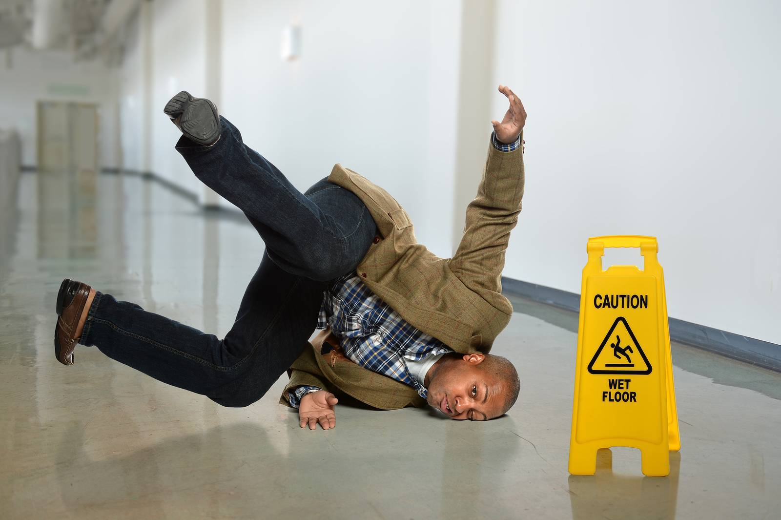 HOW TO PREVENT FALLS IN THE WORKPLACE – 6 HELPFUL TIPS
